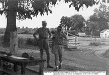 le sergent Pierre Renaud chef de poste et un légionnaire