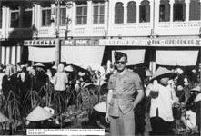 Le sergent Pierre Renaud devant le marché couvert