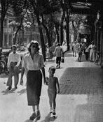 Vietnamiennes devant le Café de la Croix du Sud Saïgon 1950