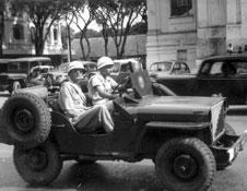 Jeep devant le théâtre de Saïgon