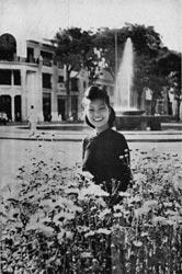 Saigonnaise devant la fontaine Saïgon 1950