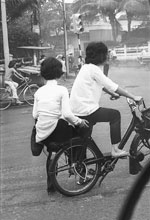Couple en Vélosolex Saïgon 1966